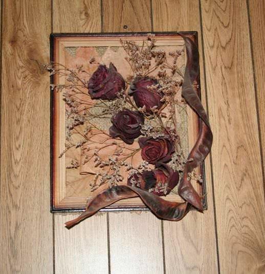 Панно из сухих роз будет выглядеть изящно и изысканно