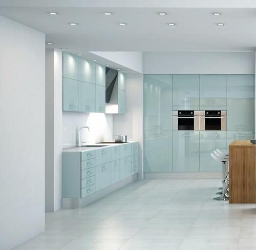 Стеклянные фасады принесут вашей кухне много света и тепла