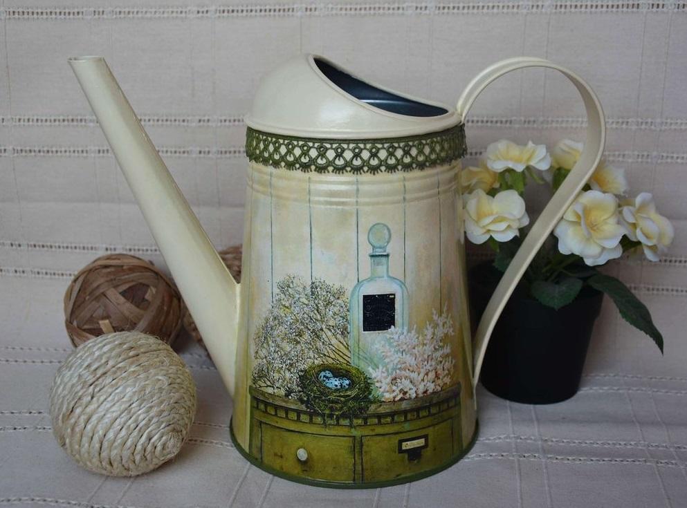 Полив цветов превратится в любимое занятие после украшения садовой лейки декупажем в стиле прованс