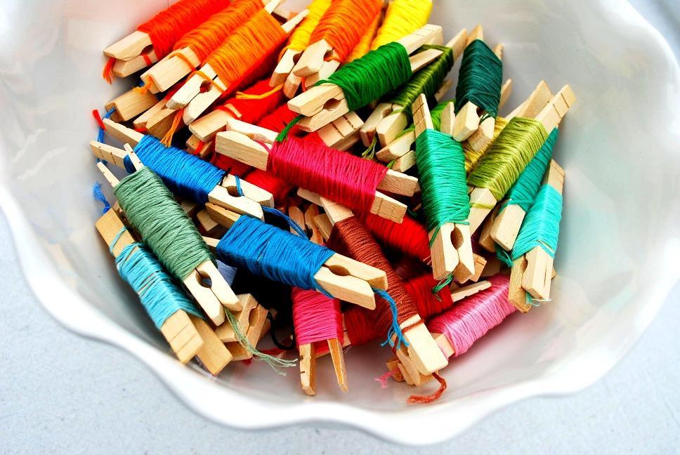 Для хранения ниток можно выбрать абсолютно разные предметы