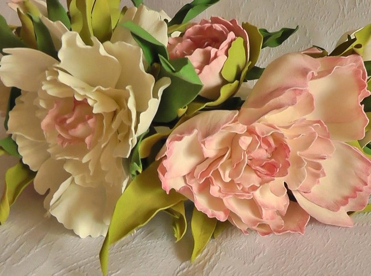 Пионы из фоамиарана можно применять при оформлении букета для невесты или дарить на любые праздники