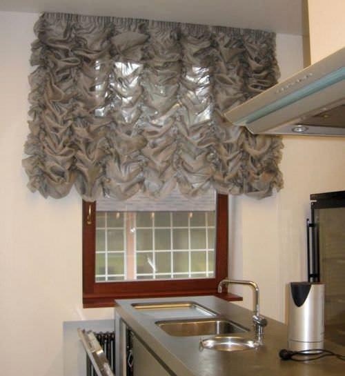 Французская штора, закрывающая окно в рабочей зоне кухни – наилучший вариант оформления