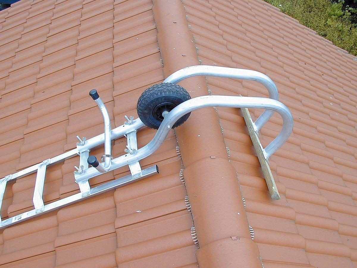 Лестницу на крышу из металлочерепицы можно купить в строительном магазине или в интернете