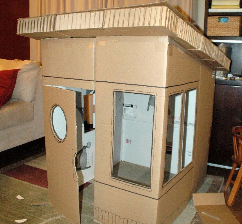 Для того чтобы быстро смастерить забавный домик из коробки, лучше заранее подготовить материалы и инструменты для работы