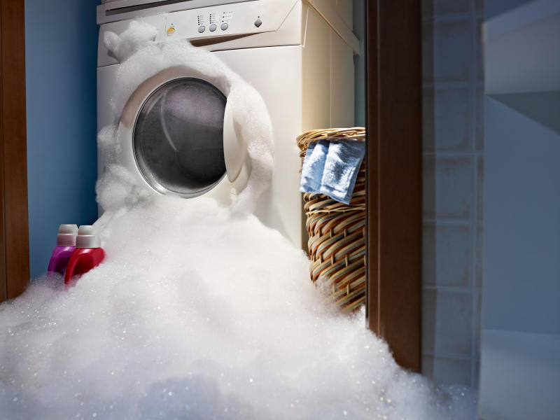 Потекла стиральная машинка снизу во время стирки: течет и подтекает вода, причины у Самсунг, течь и протекает