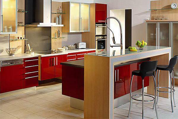 Добавить уюта и тепла красной кухне можно, использовав светлые породы дерева