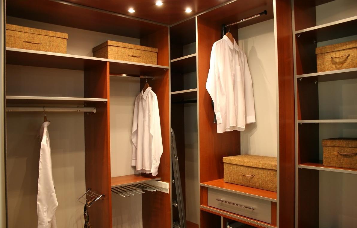 На самых верхних полках в гардеробной рекомендуется хранить предметы и вещи, которые вы используете не часто