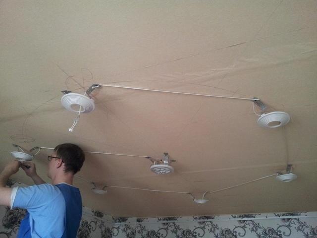 Установить споты в натяжной потолок довольно просто своими руками, однако необходимо соблюдать технику безопасности и быть предельно осторожным
