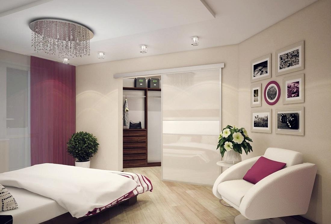 В качестве перегородки между спальней и гардеробной может выступать раздвижная дверь