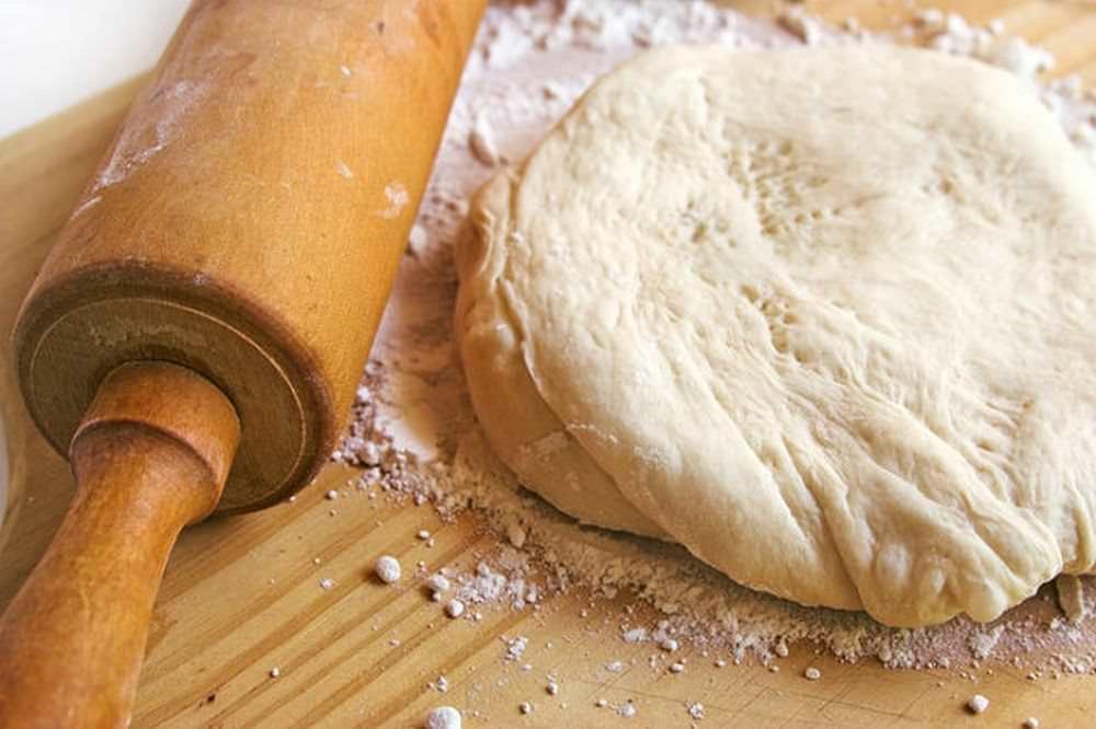 Для начала приготовьте в меру крутое тесто, чтобы оно не липло к рукам