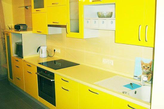 Не используйте на кухне желтый цвет во всем, так как кухня будет слишком контрастной