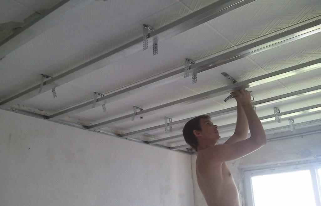 Как прикрепить гипсокартон к потолку
