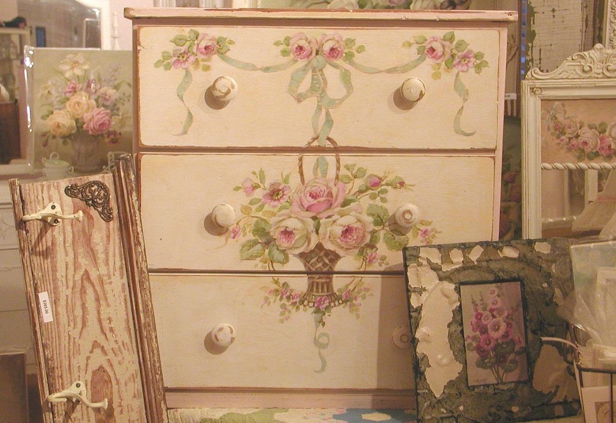 После декупажа мебель выглядит обновленной и стильной