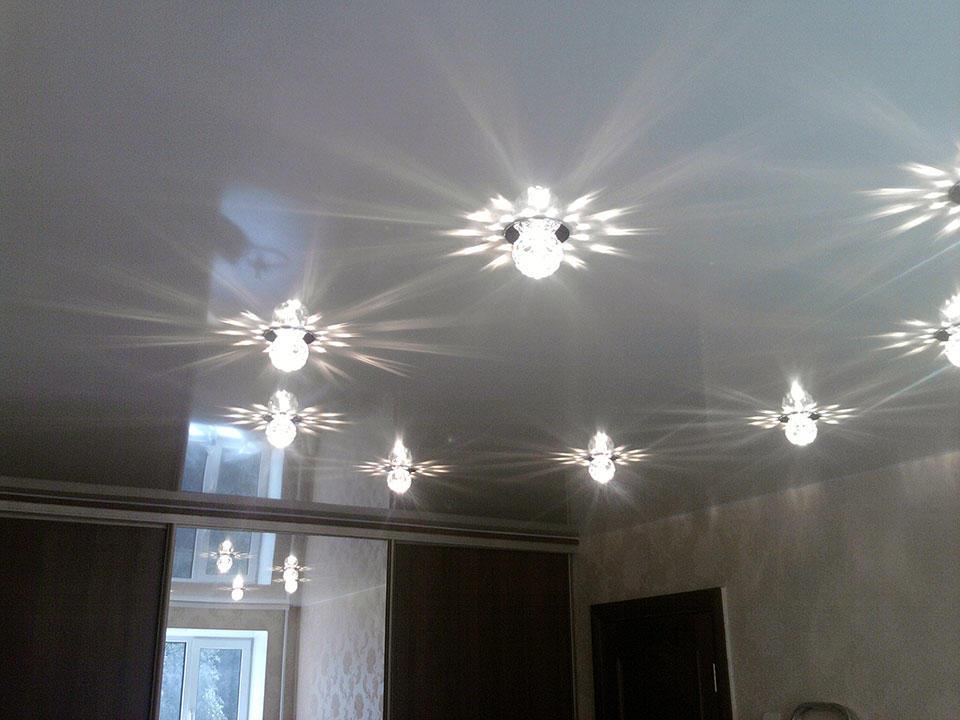 Даже самый простой вариант натяжного потолка смотрится очень эстетично