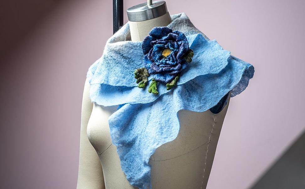 Мокрый метод валяния из шерсти дает возможность получить стильную вещь с различными переливами цветов