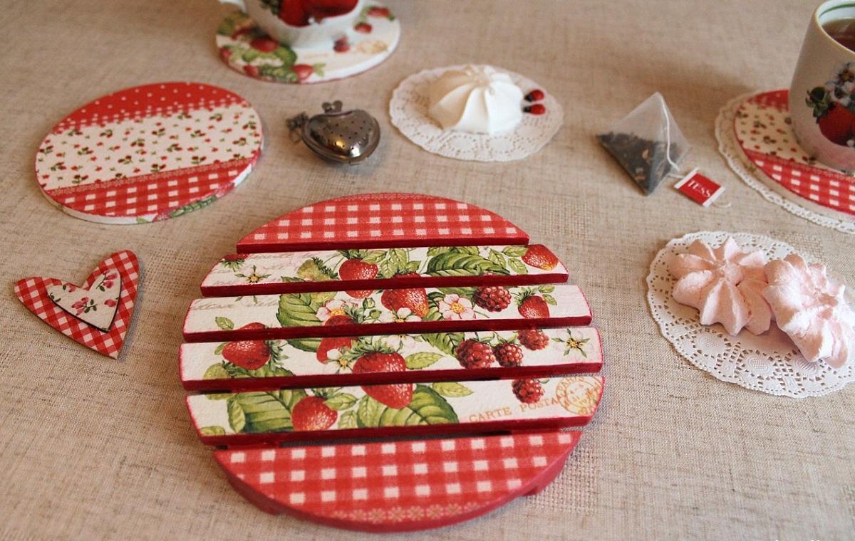 Для декупажа подставки под горячее рекомендуется выбирать салфетку с тематическим изображением: ягодами или фруктами
