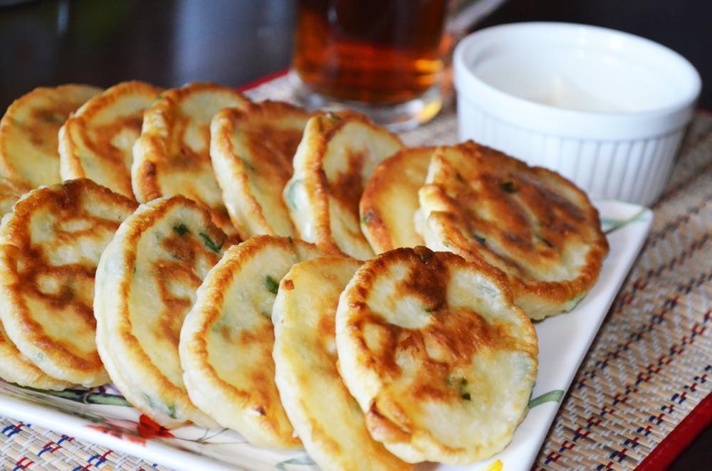 Для того чтобы приготовить вкусные и пышные оладьи, следует использовать кефир