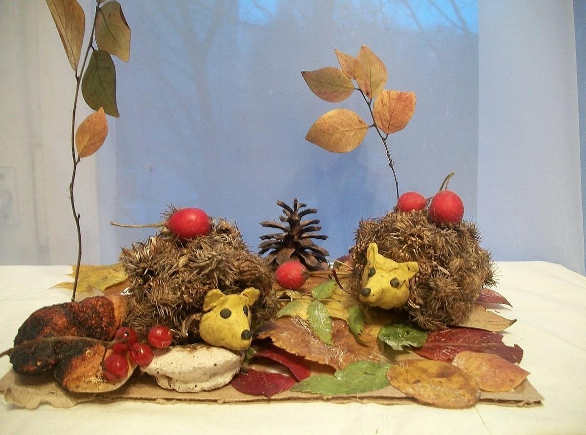 Перед изготовлением детских поделок из шишек и листьев стоит посмотреть видео с мастер-классом