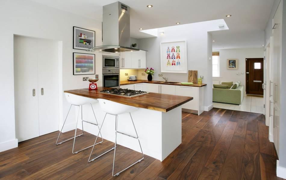 В кухне с п-образным дизайном каждая стена выполняет свою задачу