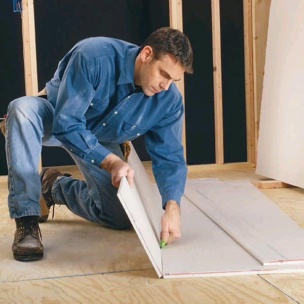 Используя строительный нож для резки гипсокартона, нужно быть осторожным