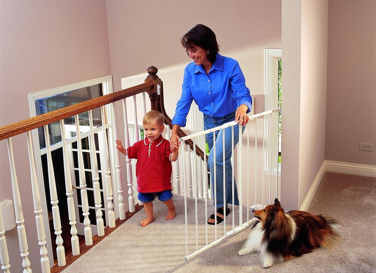 Спускаться и подниматься по лестнице ребенку нужно в сопровождении взрослых