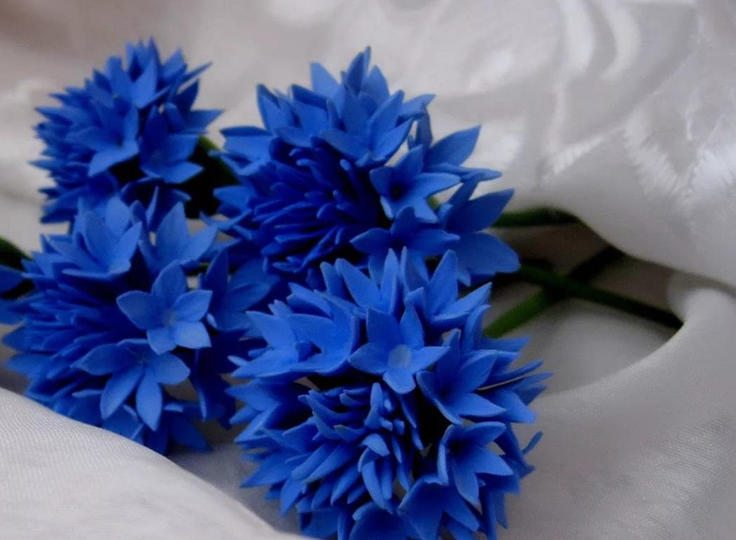 Букет цветов, выполненный из фоамирана, является прекрасным декоративным элементом для интерьера