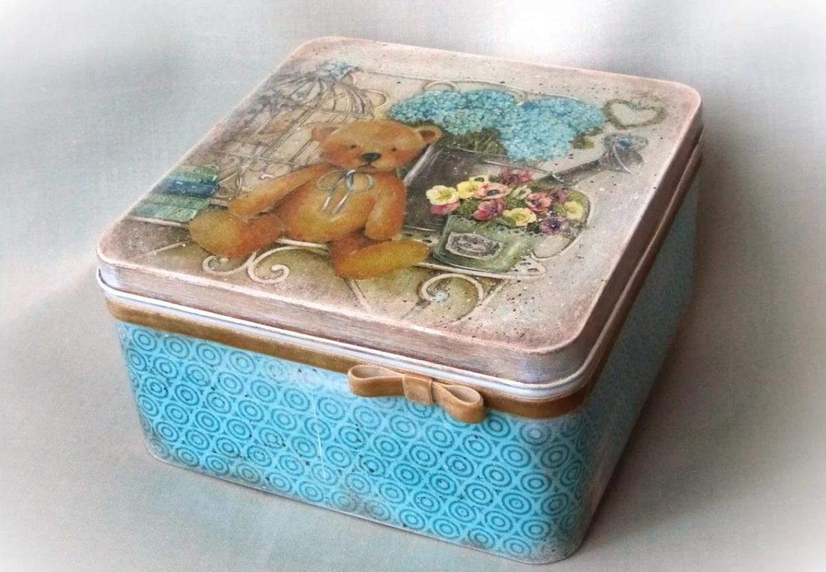 Коробка, оформленная в технике декупаж, является прекрасным подарком на любой праздник