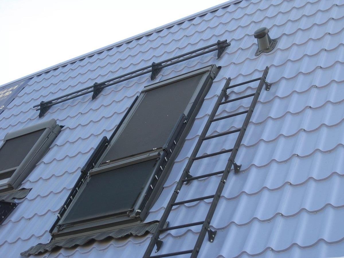 Перед покупкой лестницы для крыши стоит проверить ее на наличие повреждений и попросить у продавца сертификат, подтверждающий ее качество