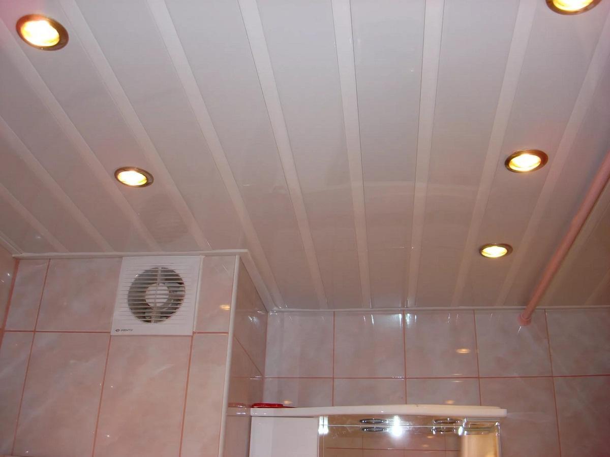 В качестве отделочного материала для потолка хорошо подойдут ПВХ панели