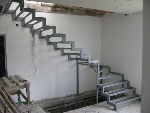 Готовая конструкция покрывается слоем грунтовки и окрашивается в целях защиты от коррозийных процессов