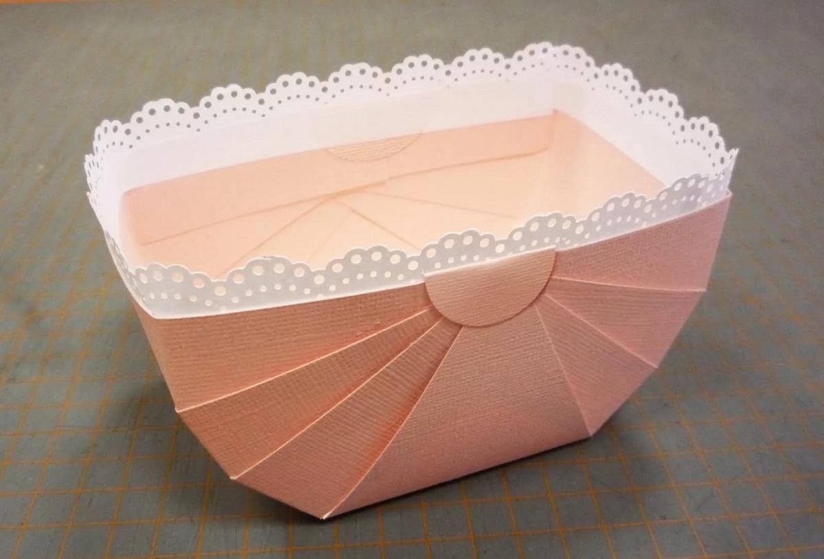 Корзинка из бумаги является отличным элементом декора для любого помещения