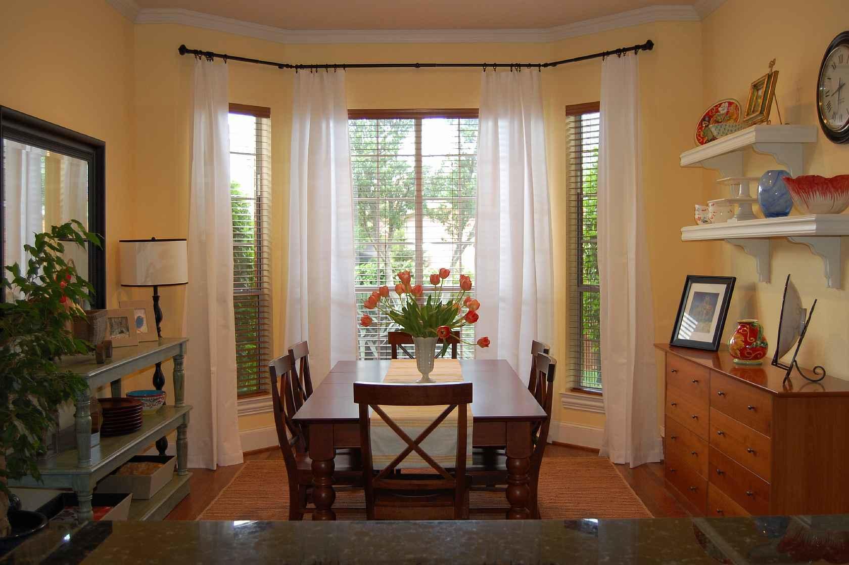 Гардины для эркерных окон должны хорошо пропускать свет и сохранять тепло в комнате