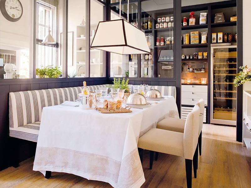 Столовую можно расположить в отдельном помещении, оградив его светопрозрачными стенами