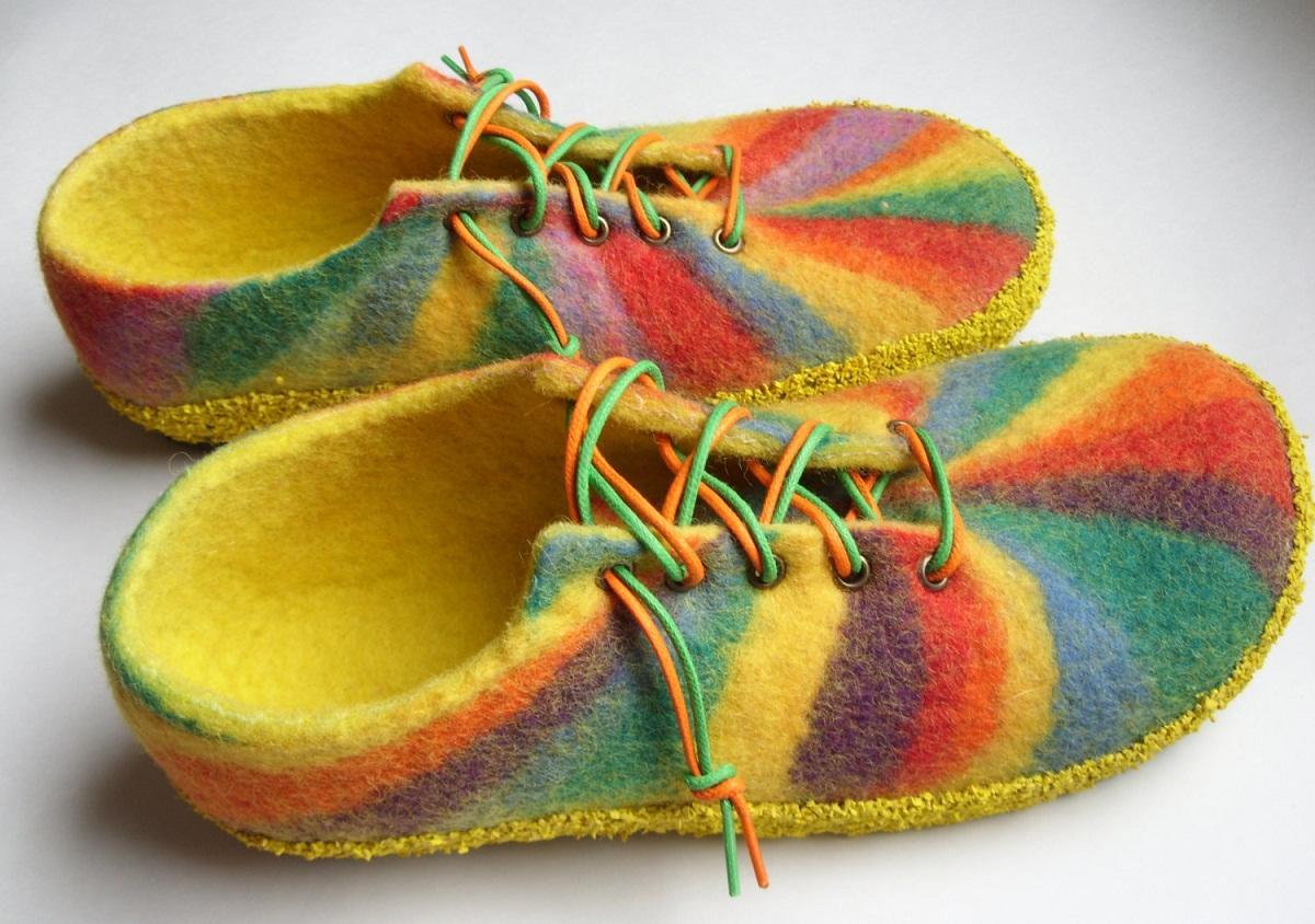 Чтобы валяные тапочки из шерсти выглядели стильно, их можно оснастить шнурками