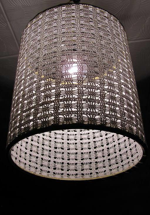 Сделанный из ниток абажур, можно дополнительно украсить стразами, трафаретами или бумажным декором