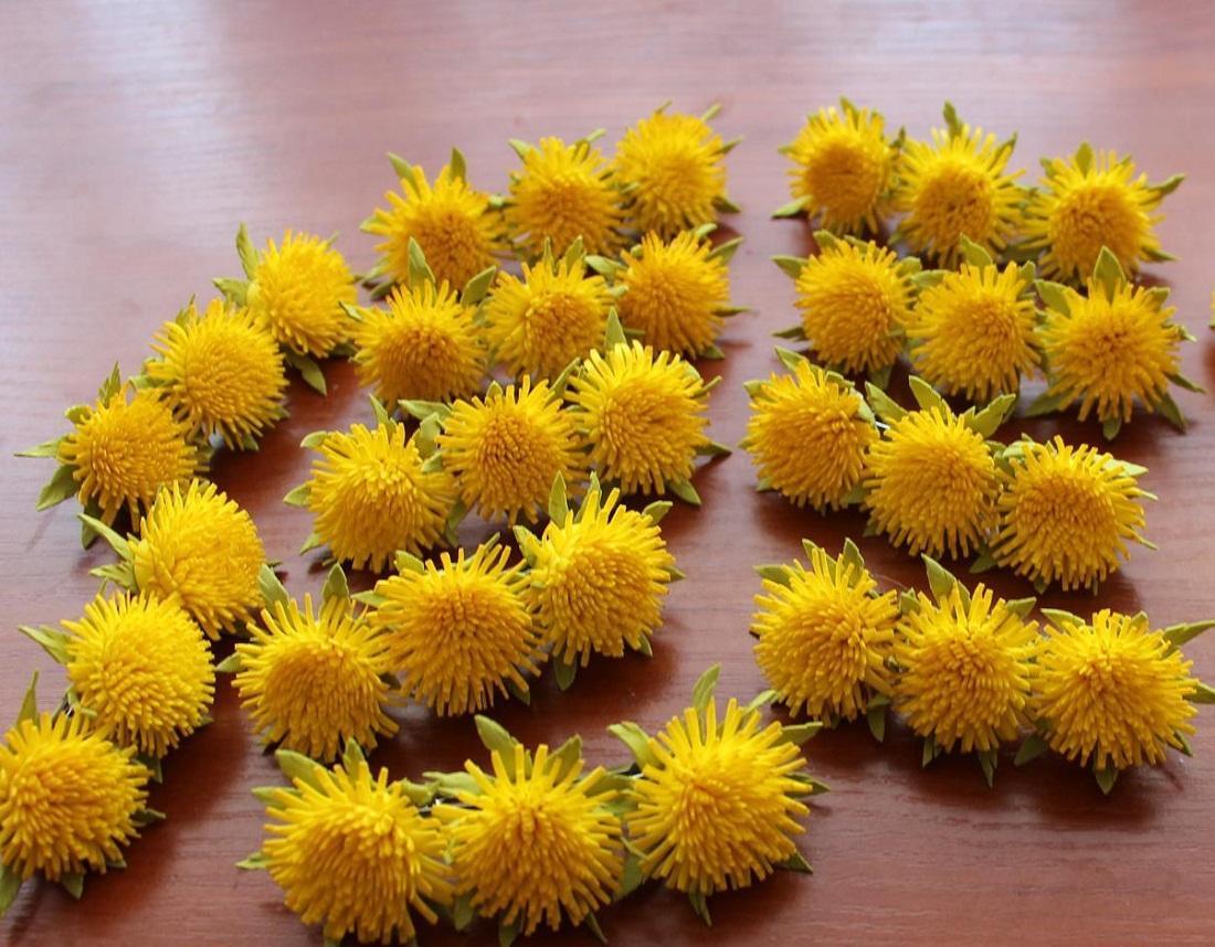 Для изготовления одуванчиков нужно приобрести фоамиран желтого и зеленого цвета