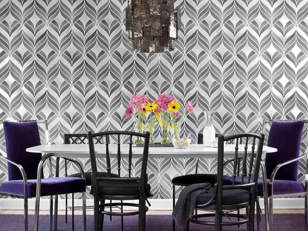 Следует обращать внимание не только на цвет обоев, но и на рисунок:некоторые геометрические фигуры могут сделать комнату еще меньшей