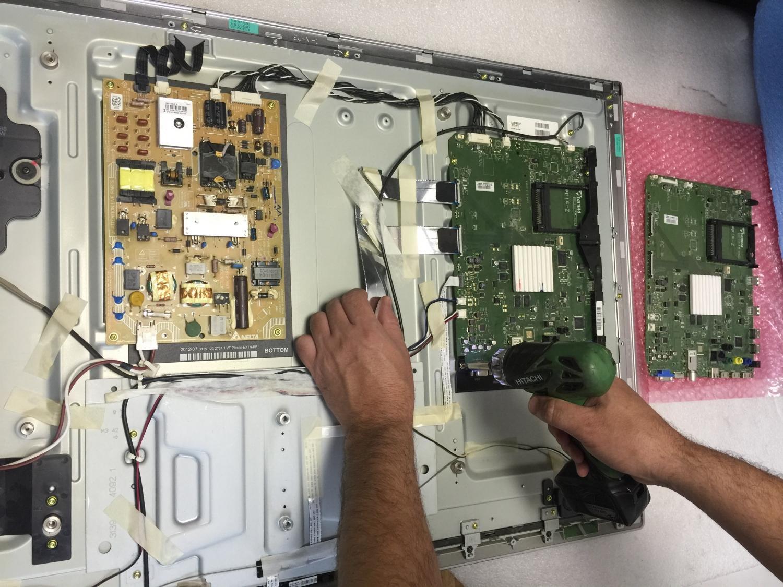 Если сломался телевизор LED можно предположить два варианта – либо вышел из строя блок питания, либо сама подсветка вышла из строя