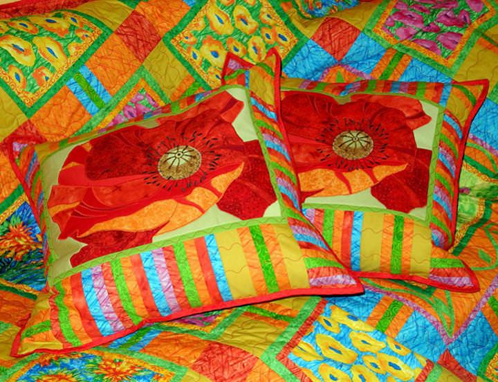 Для пошива пэчворк подушки лучше использовать ткань ярких цветов
