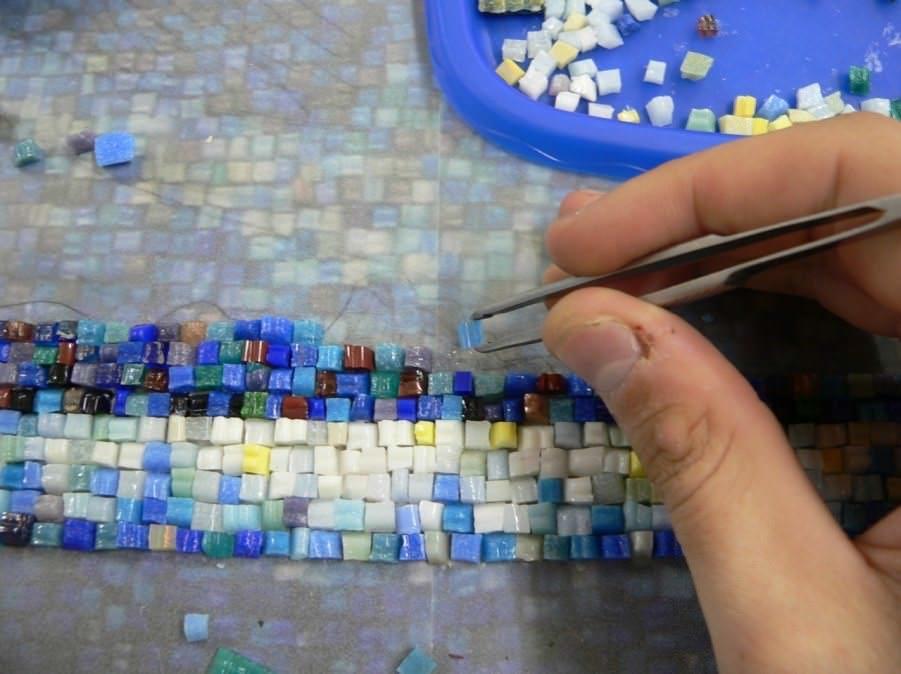 Картину-мозаику можно выполнить из любых мелких предметов, важно последовательно сочетать фактуры и цвета