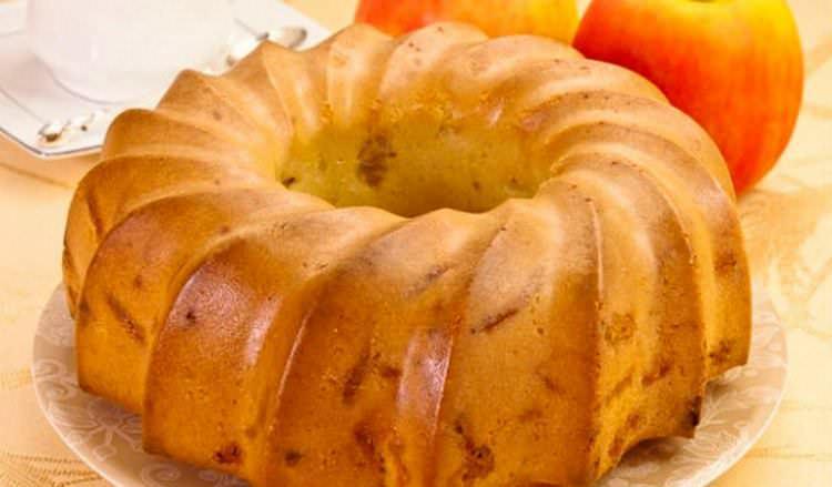 Шарлотка с кремом со сметаны – это изысканный десерт, который отлично подойдет для уютного семейного чаепития
