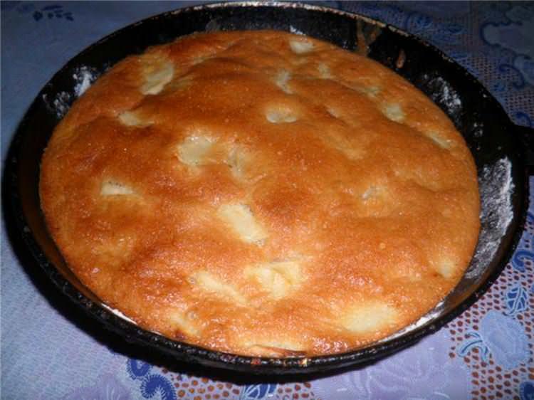Вкусный яблочный пирог можно приготовить не только в духовке или микроволновке, но и на сковороде