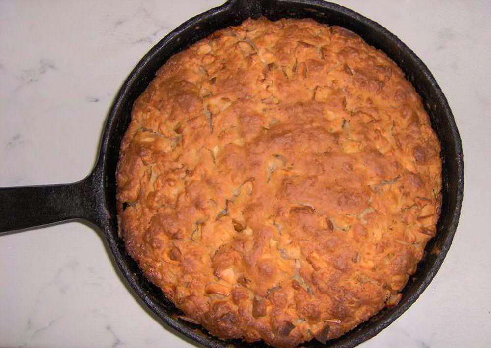 Вкусовые качества шарлотки, приготовленной на сковороде, могут отличаться, но незначительно