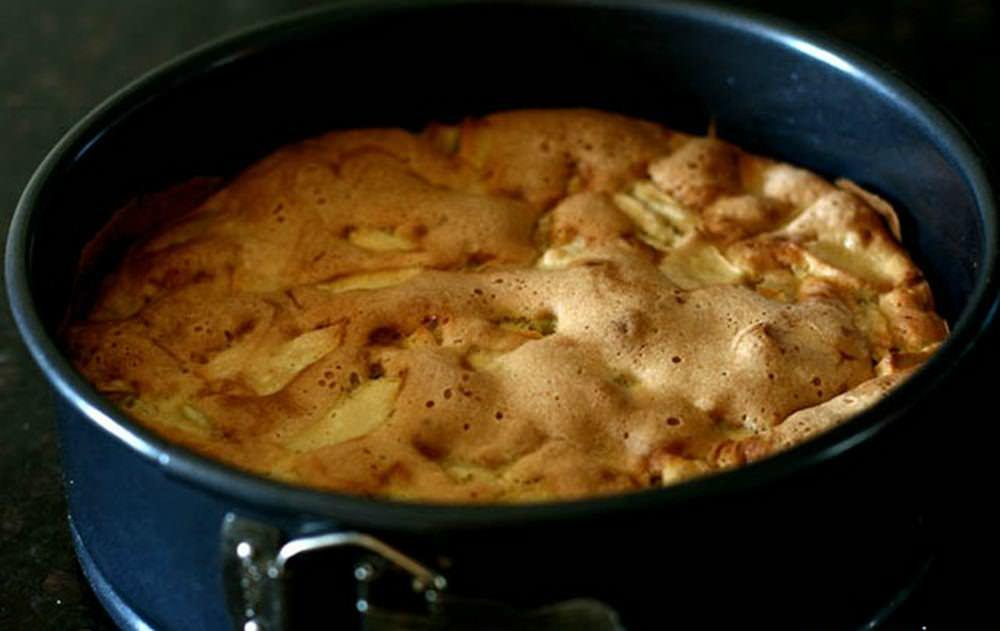 Ставим сковородку с тестом на плиту и оставляем на 40-50 минут. Жариться пирог должен на маленьком огне