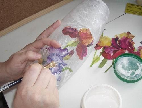 Первым шагом обратной техники декупажа по стеклу является наклеивание рисунка