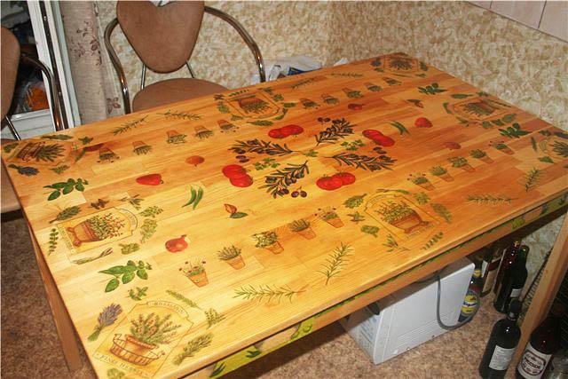 Декупаж способен преобразить кухонный стол, сделав его уникальным в своем роде