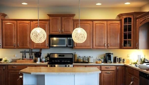 Светильник из ниток сочетаем с абсолютно любым интерьером кухни