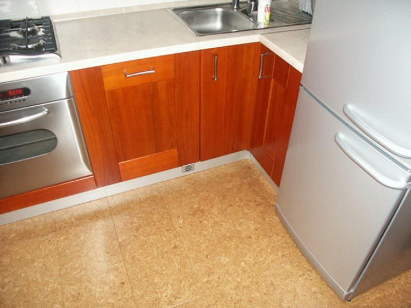 Для пола в небольшой кухне лучше выбирать плитку или ламинат светлых тонов