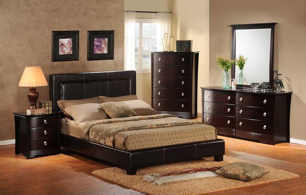 В спальне, помимо кровати, должны быть прикроватные тумбы и шкаф