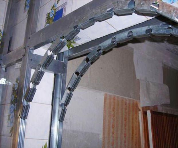 Металлический профиль - основа арки, поэтому данный этап требует предельного внимания и качества работы